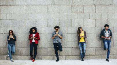 mensen met mobiel